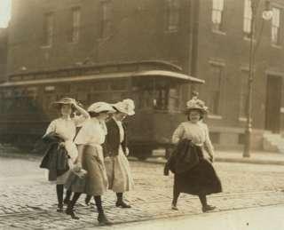 chicas jóvenes 1910 de la foto de trabajo infantil que van a casa